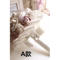 Ένα νέο απλό ατμοσφαιρικό διαμάντι μαργαριτάρι ανθοδέσμη της νύφης υψηλό τέλος χέρι