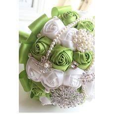 Νέα χειροποίητα πράσινο νύφη κρατώντας λουλούδια φρέσκα φρούτα