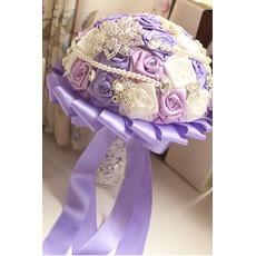 Μωβ θέμα του γάμου νύφη τριαντάφυλλα μπουκέτο διαμάντι μαργαριτάρι χέρι λαμβάνει λουλούδια