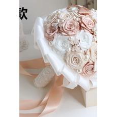 Μαργαριτάρι διαμάντι χέρι νύφη κρατώντας λουλούδια έθιμο τριαντάφυλλα γάμο κορδέλα παράνυμφος μπουκέτο